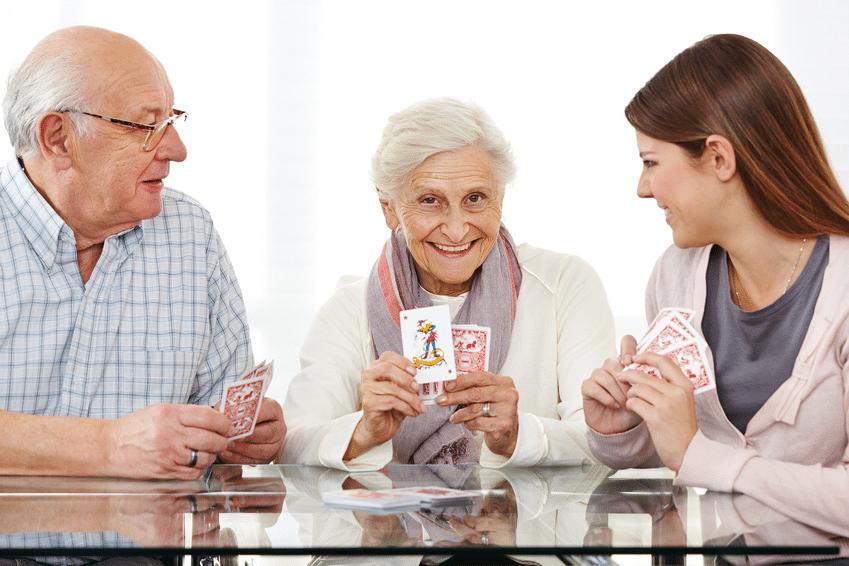 Senioren beim Kartenspielen © fotolia / Robert Kneschke