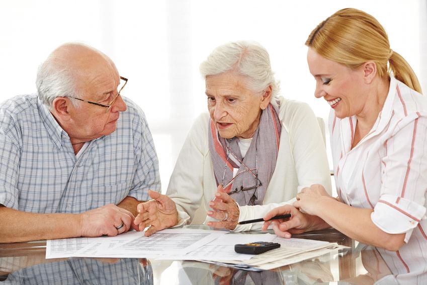 Senioren beim Kauf einer Wohnung © fotolia / Robert Kneschke