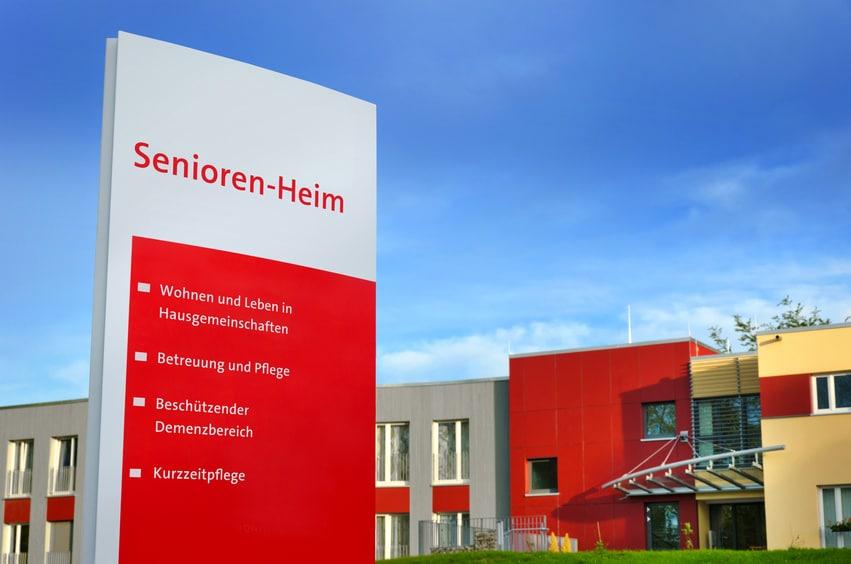 Schild: Seniorenheim, Altersheim © fotolia / Petair