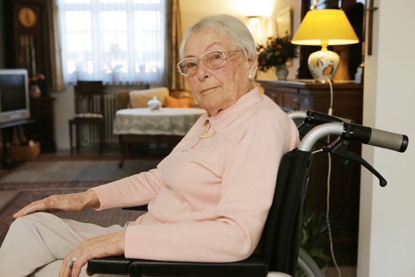 Seniorin im Rollstuhl © fotolia / bilderstoeckchen