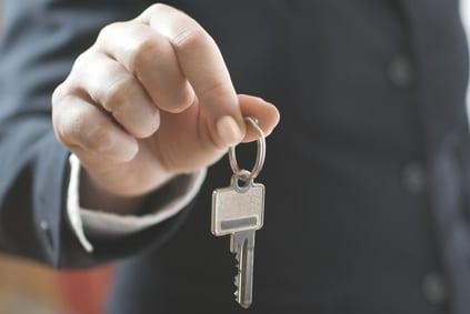 Schlüsselübergabe: Vermieter mit Schlüssel © fotolia / Alexander Raths