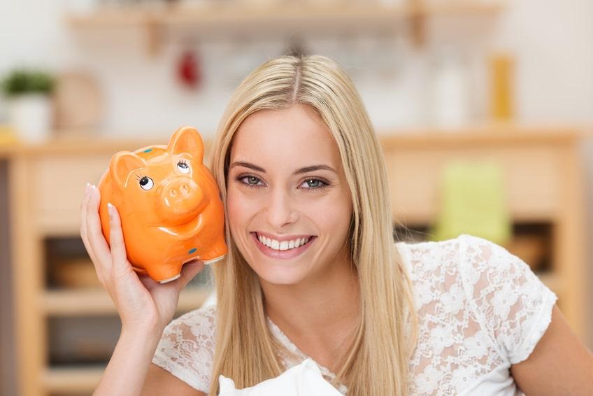 Mietkautionsbürgschaft - Studentin mit Sparschwein in ihrer Wohnung © fotolia / contrastwerkstatt
